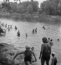 Camping and Culture association. Bathing in the river, 1936-1938. Photograph by Marcel Cerf (1911-2010). Bibliothèque historique de la Ville de Paris. © Marcel Cerf/BHVP/Roger-Viollet