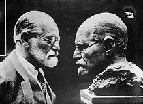 Sigmund Freud (1856-1939), Austrian doctor, founder of psychoanalysis. looking at his bust making by Oscar Némon (1906-1985), Yugoslav sculptor. © Albert Harlingue/Roger-Viollet