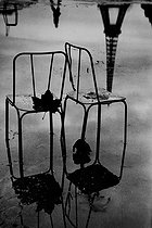 Reflections of chairs and the Eiffel Tower. Paris, 1957. © Jean Mounicq/Roger-Viollet