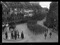 "World War I. French troops entering in Colmar (France), on November 22, 1918. Parade in front of Edouard de Castelnau (1851-1944), French General, in the Vieille rue des clefs. Photograph published in the newspaper ""Excelsior"", on November 25, 1918. © Excelsior – L'Equipe/Roger-Viollet"