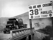 Korean War (1950-1953). Crossing the 38th parallel. United Nations forces withdraw from Pyongyang, the North Korean capital. They recrossed the 38th parallel. 1950. (USIA). © US National Archives / Roger-Viollet