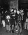 Adolescents lors d'une manifestation antinucléaire. Londres (Angleterre), 9 décembre 1961. © TopFoto/Roger-Viollet