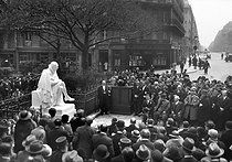 Inauguration de la statue de Montaigne (1533-1592), écrivain français, oeuvre de Paul Landowski (1875-1961). Paris Vème arr., square Paul-Painlevé, 1933. © Albert Harlingue / Roger-Viollet