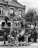 Décorations sur les façades des maisons pour le couronnement de la reine Elisabeth II (née en 1926). Londres (Angleterre), 2 juin 1953. © TopFoto/Roger-Viollet