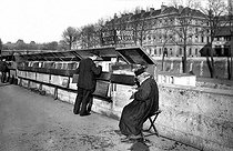 Music seller on the banks of the river Seine. Paris, circa 1910. © Neurdein / Roger-Viollet