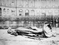 French Commune, 1871. Place Vendôme. The statue of Napoleon Ist Bonaparte damaged by the Communards.     © Roger-Viollet
