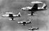 Guerre de Corée (1950-1953). Quatre avions de chasse F-80 se dirigeant de leur base aérienne japonaise vers la Corée du Nord. Corée, 13 juillet 1950. Photographie de David Douglas Duncan (1916-2018), photojournaliste de guerre américain. © David D. D./Underwood Archives / The Image Works / Roger-Viollet