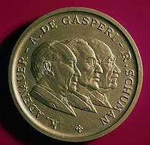 Medal bearing the effigy of the builders of Europe. K. Adenauer, A.de Gasperi, R. Schumann. 1972. © Roger-Viollet