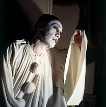 "Robert Hirsch (1925-2017), French actor, wearing the costume of Pierrot in his dressing room at the time of a performance of ""Debureau"" by Sacha Guitry. $$$Paris, Théâtre Edouard VII, December 1980. © Kathleen Blumenfeld / Roger-Viollet"
