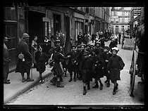 World War One. Children playing at strikers after a school day. Paris (Xth arrondissement), rue d'Enghien, on May 26, 1917. © Excelsior – L'Equipe/Roger-Viollet