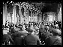 "Signing of the Treaty of Versailles at the Hall of Mirrors of the Versailles palace. Georges Clemenceau inviting the German delegates, Hermann Müller and Johannes Bell to sign. On his right: Woodrow Wilson. On his left: Lloyd George. Versailles (France), on June 28, 1919. Photograph published in the newspaper ""Excelsior"" on Sunday, June 29, 1919. © Excelsior - L'Equipe / Roger-Viollet"