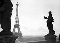 Panorama of the Champ de Mars and the Eiffel Tower from the Trocadéro. Paris (VIIth arrondissement). © Laure Albin Guillot / Roger-Viollet