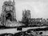 Guerre 1914-1918. Vue de la ville détruite d'Ypres à la fin de la guerre. A gauche, la cathédrale saint-Martin, détruite. A droite, les ruines des Halles aux draps. Ypres (Belgique), automne 1918. © Ullstein Bild/Roger-Viollet