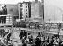 John F. Kennedy (1917-1963), homme d'Etat américain, observant Berlin-Est depuis un point en hauteur, aux côtés de Willy Brandt (1913-1992), maire de Berlin-Ouest (Allemagne de l'Ouest), 26 juin 1963. © TopFoto / Roger-Viollet