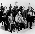 """Photographie promotionnelle des Beach Boys, groupe vocal américain, à l'occasion de la sortie de leur disque """"Merry Christmas from The Beach Boys"""". © TopFoto / Roger-Viollet"""