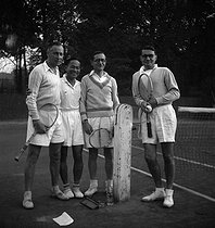 Alain Bernard (2nd on the left) and Van Sau (3rd on the left), tennis players. Paris, Roland-Garros stadium. 1949. © LAPI / Roger-Viollet