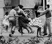 Country dance at the Cité Internationale Universitaire. Paris (XIVth arrondissement), 1962. Photograph by Janine Niepce (1921-2007). © Janine Niepce/Roger-Viollet