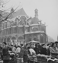 Market gardeners and passers-by, in front of the Saint-Eustache church, in the Halles district. Paris (Ist arrondissement), 1956. Photograph by Janine Niepce (1921-2007). © Janine Niepce/Roger-Viollet