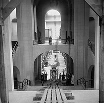 The Winged Victory of Samothrace back to the Louvre museum after the war. Paris, 1945. © Pierre Jahan/Roger-Viollet