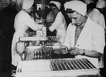 Conditioning penicillin. France, around 1950. © Jacques Boyer / Roger-Viollet