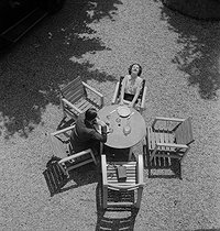 Couple having lunch. France, 1930's © Gaston Paris / Roger-Viollet