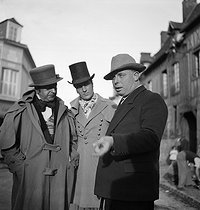 "Jean Renoir (1894-79), French director, directing his brother Pierre during the shooting of ""Madame Bovary"", in 1933.  © Boris Lipnitzki / Roger-Viollet"