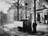 Vespasienne, 3 stalles, chaussée du Maine. Paris (XIVème arr.). 1875. Photographie de Charles Marville (1813-1879). Bibliothèque historique de la Ville de Paris. © Charles Marville/BHVP/Roger-Viollet
