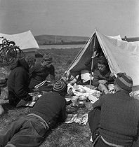Camping and Culture association. Draveil (France), 1936-1938. Photograph by Marcel Cerf (1911-2010). Bibliothèque historique de la Ville de Paris. © Marcel Cerf / BHVP / Roger-Viollet