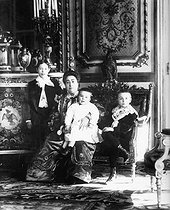 Marie-Louise Loubet (1843-1925), wife of Emile Loubet (1838-1929), French statesman, posing with her children. © Albert Harlingue / Roger-Viollet