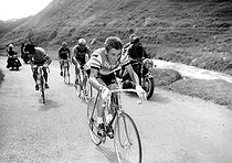 Jacques Anquetil (1934-1987) and Raymond Poulidor (1936-2019), French racing cyclists, during the Tour de France. © Roger-Viollet