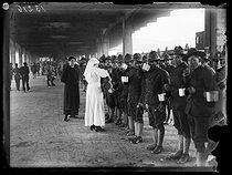 "World War I. US troops arriving in Paris, on July 3rd, 1917. Nurse serving coffee on the platform of a train station. Photograph published in the newspaper ""Excelsior"", on July 4, 1917. © Excelsior – L'Equipe/Roger-Viollet"