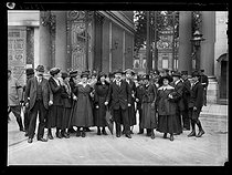 """World War One. Strikes in Paris about the vote of the English week (rest on Saturday afternoons for the fashion workers), and the expensive life, late May 1917. The strike committee leaving the Ministry of the Interior after the signing of a """"peace"""" treaty on May 22, 1917. © Excelsior – L'Equipe/Roger-Viollet"""