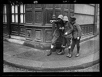 World War I. Group of children playing in the street. Paris, February 1917. © Excelsior – L'Equipe/Roger-Viollet