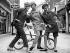 """Mannequins présentant la dernière collection Automne de """"The Millinery Institute of Great Britain"""". Londres (Angleterre), Mayfair Hotel, 8 septembre 1964. © PA Archive/Roger-Viollet"""