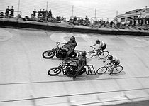 Track cycling (middle distance), around 1945-1950. On the top, Jean-Jacques Lamboley.     © Roger-Viollet