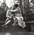 Ernst Hahn, photographe allemand, embrassant sa fiancée, Eveline Litty. Berlin (Allemagne), vers 1950. Photographie d'Ernst Hahn. © Ernst Hahn/Ullstein Bild/Roger-Viollet