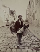 Lampshade seller, rue Lepic. Paris (XVIIIth arrondissement), 1899. Photograph by Eugène Atget (1857-1927). Paris, musée Carnavalet. Print restored by the ARCP (Atelier de Restauration et de Conservation des Photographies de la Ville de Paris). © Eugène Atget / Musée Carnavalet / Roger-Viollet