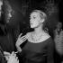 """Jeanne Moreau, actrice française, s'entretenant avec André Barsacq, metteur en scène et directeur de théâtre français lors d'une représentation de """"La Bonne soupe"""" de Félicien Marceau. Paris, théâtre du Gymnase, septembre 1958. © Studio Lipnitzki / Roger-Viollet"""