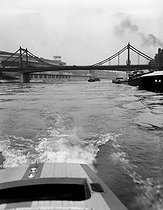 Bridge over the Seine. On the left, the Seguin island and the Renault car factory of Boulogne-Billancourt (Hauts-de-Seine), about 1946-1948. © Pierre Jahan/Roger-Viollet
