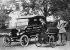 Henry Ford et son fils Edsel devant la première automobile Ford datant de 1896 et la dix-millionième voiture Ford modèle T. 1924. © Ullstein Bild / Roger-Viollet