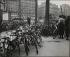 Vélos Porte Maillot. Paris (XVIIème arr.). Vers 1940. © Pierre Jahan/Roger-Viollet