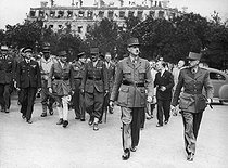 Liberation of Paris, on August 26, 1944. General de Gaulle with, on his left, General Koenig. Behind : Colonel d'Harcourt, Generals Juin and Leclerc. Second from the left: Admiral d'Argenlieu. © Roger-Viollet