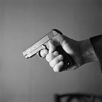 Gun. © Gaston Paris / Roger-Viollet