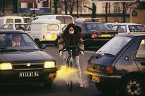 Strikes, traffic jams, pollution : moving on a bike. Paris, October 1995. © Jean-Pierre Couderc/Roger-Viollet