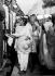 Gandhi (1869-1948) et sa petite-fille Manu à leur arrivée à la gare de Delhi, de retour de Bihar (Inde), mars 1947. © TopFoto/Roger-Viollet