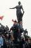 """Manifestation contre le """"Plan Juppé"""" sur les retraites et la Sécurité sociale. Manifestants place de la Nation. Paris, 12 décembre 1995.  © Jean-Pierre Couderc/Roger-Viollet"""