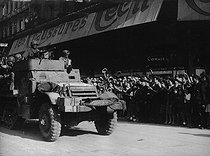 World War II. Liberation of Paris. Spanish armoured car from the 2nd Armored Division commanded by General Leclerc, acclaimed by the crowd, rue de Rivoli, up by the place de l'Hôtel-de-Ville. August 25, 1944. © LAPI/Roger-Viollet