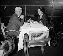 Charlie Chaplin (1889-1977), English actor and director, with his wife Oona (1925-1991). Paris, October 1954.      © Roger-Viollet