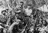Révolution cubaine (1958-1959). Fidel Castro (1926-2016), avec ses partisans. De gauche à droite : Juan Almeide, George Sotus, Crescentio Perez, Fidel Castro, son frère Raul (à genou), Universo Sanchez, Ernesto Che Guevara et Guillermo Garcia. 1958. © Ullstein Bild / Roger-Viollet