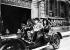 Consul Peter, le singe des Folies-Bergère, au volant d'une automobile. Paris, 1909. © Maurice-Louis Branger/Roger-Viollet